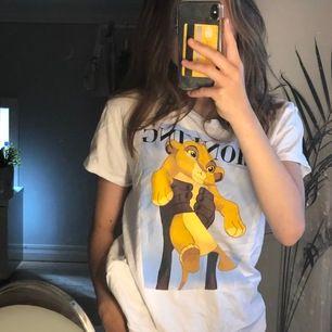 en t shirt med simba på, köpt på new yorker. strl s. i väldigt bra skick  💞
