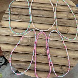 Handgjorda halsband i olika storlekar, som minst 40 cm:) finns i olika färger och blandat i pastellfärger, skriv om intresse finns ☺️ frakt 11 kr tillkommer 💕