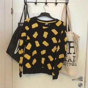 Jätte snygg bart tröja från 2014 av matt groening. Inte använd mycket säljer pga vuxit ur. Tror den är limited edition.