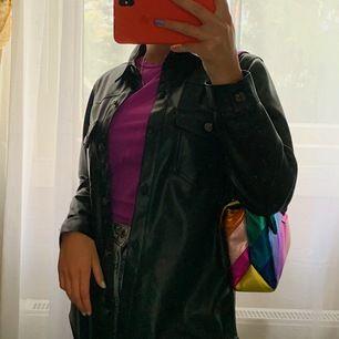 Säljer en jättefin tunn jacka från Zara då den aldrig kommit till användning🖤 bud + frakt (39kr)