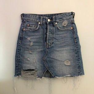 Säljer min jeanskjol från hm i storlek 32 då den är för liten för mig. Den är använd få gånger så den är i fint skick. Kan fraktas om de behövs då köparen står för frakten☺️