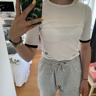 Vit T-shirt med lite längre armar från G-Star Raw i stl XS. Lite genomskinlig. Frakt ingår ej. Skriv vid intresse!