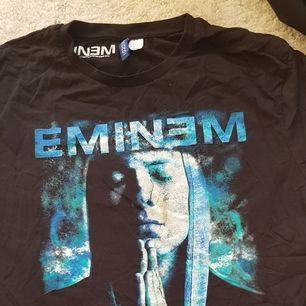 Säljer en tshirt med eminem tryck! Sitter lite oversize på mig som vanligtvis har XS-S. Spårbar frakt inräknat i priset (63 kr)