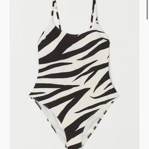 Zebramönstrad högbent baddräkt. Endast provad med underkläder.