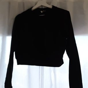 Svart croppad sweatshirt ifrån H&M. Knappt använd så i mycket bra skick💛