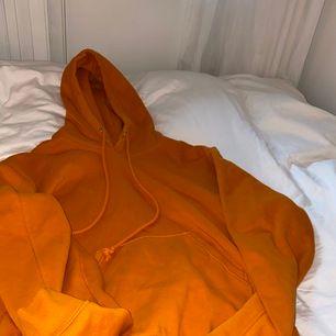Weekday hoodie! Använd ca 2 gånger men har tydligen nån liten fläck som säkert att tvätta bort🧡 Priset går att diskutera