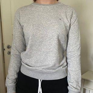 super fin & skön sweatshirt från Gant. Kommer aldrig till användning längre. Strl 170 men passar mig som är en XS oxå.⚡️⚡️ Frakt tillkommer💙 (skriv för fler bilder)