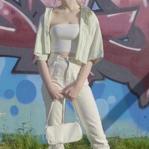 En pastellfärgad grön avklippt skjorta med en liten drakdetalj på fickan. Fin nu till sommaren, fungerar bra som en tunn jacka. Är en M men tycker den passar bra på mig som är XS pga att den är croppad. Fler bilder kan skickas i DM. Frakt tillkommer 🦎🐊🐉🐲