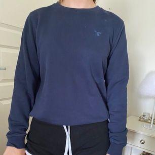 Super fin & bekväm sweatshirt från Gant. Kommer aldrig till användning längre. Strl 170 men passar mig som är en XS oxå. Frakt tillkommer🦋 (skriv för fler bilder)⚡️⚡️