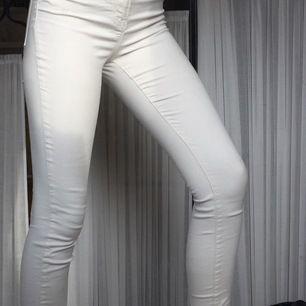 Vita snygga jeans. Använt några fåtal gånger men inte mycket. Säljer dessa jeans pga att de inte kommer till användning längre💗                                   Inte säker på storlek men passar lätt mig med storlek XS/S