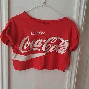 Röd crop top med Coca cola loggan ⭐ Slutar en bit ovanför naveln. Köpt second hand så vet inte hur ofta den är använd. I bra skick! Säljs då den inte används. Storlek 8, passar mig som är ca 172 cm lång 🥰 Kontakta vid frågor/intresse 💜 frakt inräknad