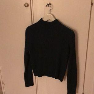 Det är en stickad tröja i färgen grön storlek xs kmt bud i kommentarsfältet senast 9 oktober 2020
