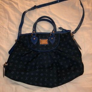 En super fräck blå Louis Vuitton väska som köptes för många år sedan.✨ den långa axelremmen går att ta av och få en handväska istället. Ingen användning av den längre därav säljer jag denna goding🥰 kom privat för mer bilder ev köp. Köparen står för frakt💗