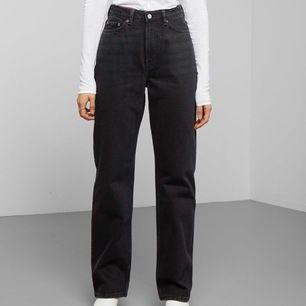 Ett par svarta Rowe jeans ifrån Weekday i strl W25/L32. De sitter jätte bra på mig som är 168cm! De har endast kommit t användning ett fåtal gånger och är som nya💗