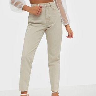 Det här är ett par beiga mom jeans från gina. Jag har bara använt dom några enstaka gånger då dom är lite för stora för mig. Frakt tillkommer!