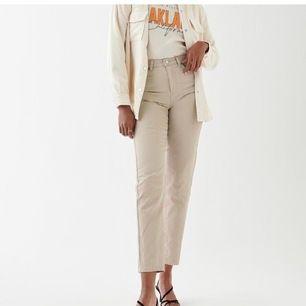 Säljer mina dagny mom jeans, orginal pris 599kr säljer för 300+frakt 50kr använda 1 gång