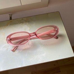 Ett par solglasögon från Junkyard i färgen rosa. Har köpt dem begagnat på Tise! I jättefint skick, det enda som är är att de är lite tröga när man stänger ihop dem. Inget som stör enligt mig ☀️