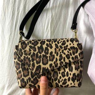 Liten leopard väska, perfekt för en utekväll eller liknande. Den är väldigt liten men supersnygg. Aldrig använd!