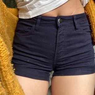 Shorts i marinblå från hm. Aldrig använda och passar mig inte längre, därför säljs dem. Frakt tillkommer!