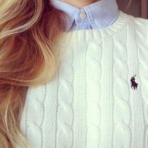 Säljer denna galet snygga vita eleganta tröjan, använd endast fåtal gånger den är som i nyskick!! Skriv för fler bilder! Frakt: 50kr✨🥰