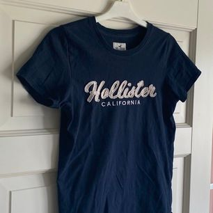 Mörkblå vardaglig t-shirt från Hollister i strl XS. Normal passform. Normalt skick. Köpare står för frakt.