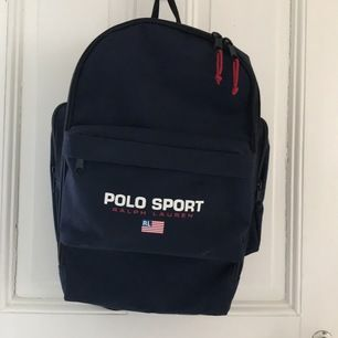Mörkblå ryggsäck med röda detaljer🎒                 Aldrig använd✨  Frakt tillkommer.