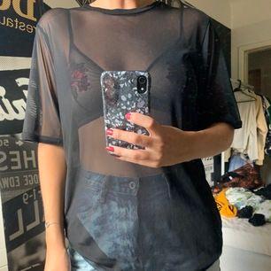 Genomskinligt svart mesh tischa från junkyard. Längre ärmar och modell. Knappt använd. Frakt ingår ej