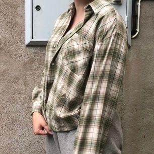 Avklippt skjorta köpt från Humana. Skjortan är i mycket bra skick och endast använd en gång. Köparen står för frakten. Storlek Large.