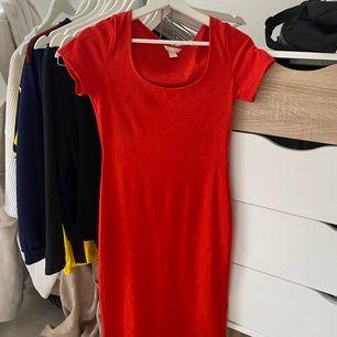 Röd tight sommarklänning från H&M