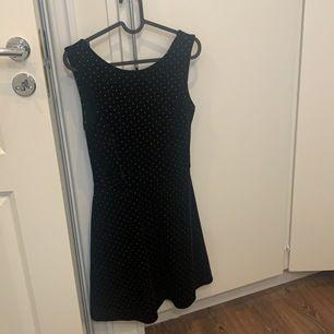 Suuupervacker och skön klänning i sammet. 10/10 skick. Köparen står för frakt
