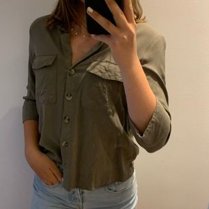 Sjukt snygg militär grön skjorta med kortare ärmar och knappar✨ säljer pgr av bytt stil🛍 är använd 2 ggr och har bra kvalite, betalning sker via swish och frakt tillkommer✨