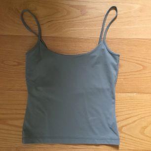 Grönt linne som jag köpt second hand. Det passar XS/S och är stretchigt. 50kr inklusive frakt