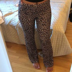 Leopard mönstrade byxor i mjukt stretchigt material, sitter väldigt skönt🥰 endast använda ett fåtal gånger, storlek S❤️