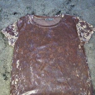 En rosa sammet t-shirt från New Yorker. Strl M. Köpte för 169kr och säljer den för 100kr inkl frakt (60kr). Använd runt 5 gånger. Precis som nyskick! Inga fläckar eller trasig!