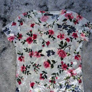 En blommig sammet tshirt från New yorker. Köpte för 169kr och säljer nu för 100kr ink frakt (60kr). Använt runt 3-4 gånger och tycker att den är super skön i materialet. Inga fläckar eller på nått sätt trasig!
