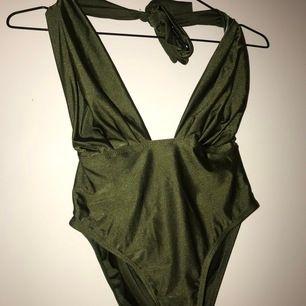 Militärgrön baddräkt, ser glittrig ut men det är den ej.