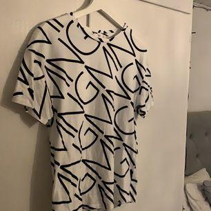 Superfin T-shirt från Mango med tryck över hela plagget. Storleken på T-shirten är Small & priset för den är 50kr🥰🥰