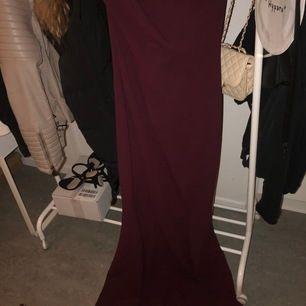 Vinröd festklänning köpt från London, storlek 40 alltså M men funkar på L