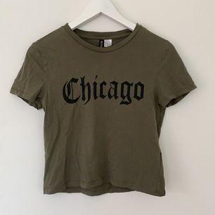 Cool T-Shirt i militärgrön färg. Tajt till passformen, men kan bero på att den är lite för liten för mig. Strl XS.