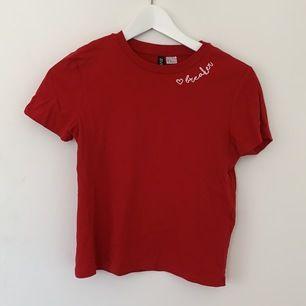 Cool T-Shirt i en fin röd färg. Strl XS, säljer för att den är lite för liten för mig tyvärr.