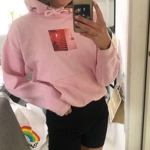 En rosa hoodie med tryck på bröstet från carlings. Storlek XS och är i fint skick. Frakt ingår ej i priset! Hör av dig om du är intresserad.