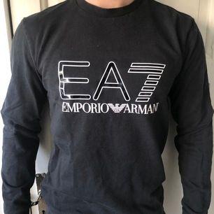 Säljer en svart Emporio Armani tröja åt min bror i storlek S. Den är använd en del men tycker den är i ett fint skick ändå! Snygg i passformen och väldigt skön!