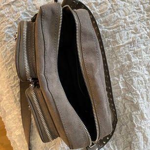 Fin, jätte rymlig och bra storlek på denna väska i fint skick. Säljs då jag inte använder den. Banden kan man ta av, många fack, grå med silverdetaljer! Köp för 700kr, säljer för 220 inklusive frakt.