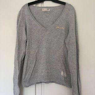 Fin ljusgrå Odd Molly tröja i strl 0 (motsvarar XS). Fint skick, säljes pga för liten. Köparen står för frakt på 42 kr.