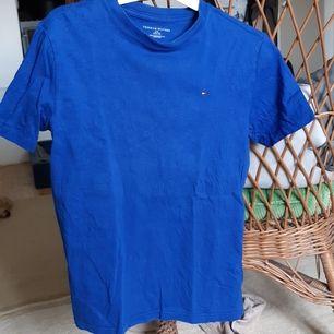 En mörkblå enkel Tommy Hilfiger t-shirt i jättebra kvalitet. Storlek 12-14 så skulle säga att den är som en S/M                                                                                 Köpare står för eventuell frakt