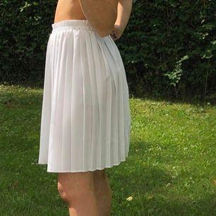 Superfin kjol med veck. Lite stor i midjan för mig därför säljer jag!