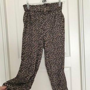 Hej☺️ Säljer dessa leopard mönstrade kostymbyxor från PULL&BEAR