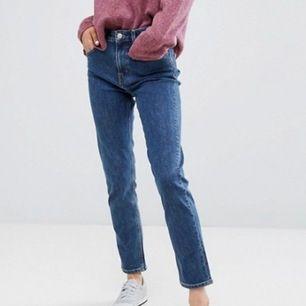 Jeans från weekday i modellen Seattle i en mörkblå tvätt. Bara använda fåtal gånger så i bra skick. Första bilden är lånad. Om ni vill ha fler bilder eller undrar ngt är det bara att skriva!