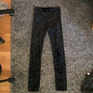Svarta sammet leggings i strorlek S. Väldigt bra skick, använda 1-2 gånger. 20kr elr buda.