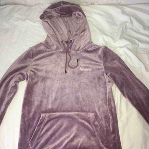 Sammets hoodie från Newyourker! Använd endast en gång! Den är SUPER mysig och jätte skön! Och har även en jätte fin färg, säljer pga för liten storlek! Köp gärna🥰☺️